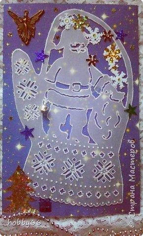 Рождественская ночь Крадётся тихой мышкой в дом Ночь перед светлым Рождеством. Спит мама в чепчике ночном, Уснули дети мирным сном, И небо в звёздах-леденцах Мерцает в детских сладких снах. Рядком на полочке камина Чулочки ждут подарков чинно. Я среди ночи слышу вдруг Снаружи грохот, гром и стук. Скакнул я на пол, стал на стул, Окошко в стужу распахнул. Там в лунном свете голубом Сверкает белый снег, как днём. И санки лихо мчит под горку Оленей крошечных восьмёрка. Возница в шубе расписной Окутан снежной пеленой. Я Санта-Клауса узнал. А он вперёд оленей гнал: — Скорее, Гром, Амур, Танцор! Комета, мчи во весь опор! Снежок, Пушок, Малыш, Крепыш, Несите сани выше крыш! И, как снежинки на ветру, Летят олени по двору. Нам Санта-Клаус, сам с вершок, Везёт с гостинцами мешок! Цок-цок! — алмазные копытца Стучат по звонкой черепице. Застыли вереницей длинной Олени у трубы каминной. А Санта-Клаус в дом нырнул. Он сажу с шубы отряхнул, И вот стоит передо мной С мешком игрушек за спиной! Румянец рдеет на щеках, И скачут искорки в глазах. Нос алой ягодкой круглится, А борода, как снег, клубится. Дымок из трубки, как из печки, Летит, свивается в колечки. В шубейке с меховой опушкой, Он сам казался мне игрушкой. А гость ни слова не сказал, Мешок тугой свой развязал, Подарки из него добыл, Чулочки доверху набил, И, помахав рукою мне, Исчез в каминной глубине. Вновь под луною мчатся сани В ночном серебряном тумане, И слышно в вихре снеговом: «Всех со счастливым Рождеством!» Клемент Кларк Мур