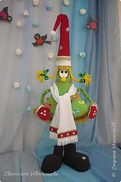 Добрый день жители Страны Мастеров!  Поздравляю всех со всеми зимними праздниками!!! И хочу поделиться с вами кусочком  празднечного творчества. Все конечно помнят, где рождаются маленькие зеленые красавицы.На Руси традиция празднования Нового года пошла от Петра  I , по его приказу жилые дома и ворота были украшены ветками ели и сосны. Впервые новогодний праздник был устроен в 1700 году. Обычные голубые ели за год  вырастают  на 25-30 см  карликовые сорта дают прирост по 10 см в год, а некоторые еще меньше. Стоит ли ждать когда они вырастут? И не жалко ли будет их рубить......? Именно поэтому мы решили обзавестись зеленой красавицей которая будет радовать нас многие годы. фото 14