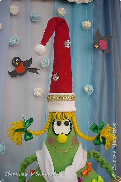 Добрый день жители Страны Мастеров!  Поздравляю всех со всеми зимними праздниками!!! И хочу поделиться с вами кусочком  празднечного творчества. Все конечно помнят, где рождаются маленькие зеленые красавицы.На Руси традиция празднования Нового года пошла от Петра  I , по его приказу жилые дома и ворота были украшены ветками ели и сосны. Впервые новогодний праздник был устроен в 1700 году. Обычные голубые ели за год  вырастают  на 25-30 см  карликовые сорта дают прирост по 10 см в год, а некоторые еще меньше. Стоит ли ждать когда они вырастут? И не жалко ли будет их рубить......? Именно поэтому мы решили обзавестись зеленой красавицей которая будет радовать нас многие годы. фото 16