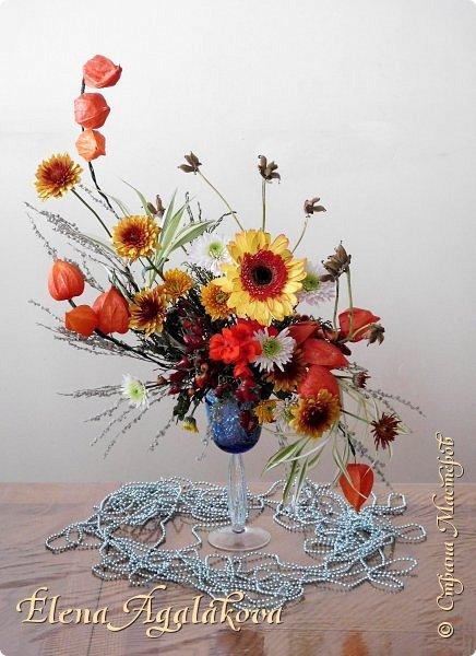 Добрый день! Сегодня я к вам снова с композициями из цветов. Зимой особенно хочется цветов и красок!  Этим летом я решила осуществить еще одну свою мечту - научится цветочному дизайну. Очень люблю цветы, травки-муравки, деревья и вообще все растения. Очень увлекательно работать с цветами! Я взяла небольшой курс по цветочному дизайну. Дома делаю оранжировки из того что под рукой, беру цветы которые найду, даже полевые и из своего садика. Конечно сейчас все цветы в садике отцвели... поэтому приношу из магазина где работаю. Другие композиции делала для цветочного магазина где начала работать. Делюсь красотой! фото 10