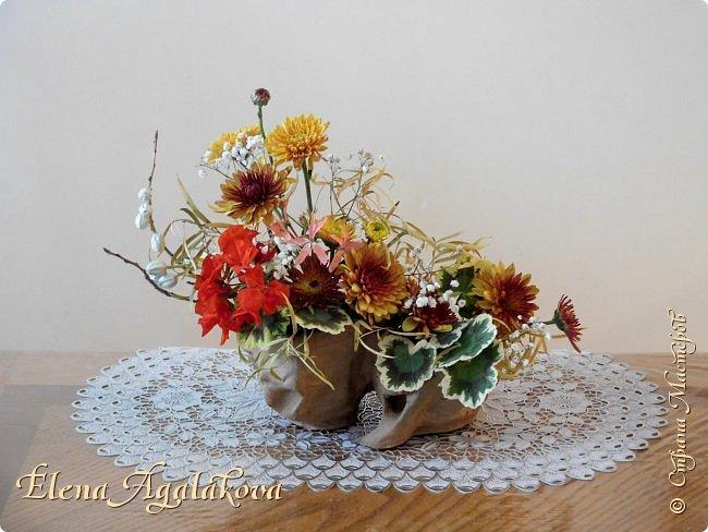 Добрый день! Сегодня я к вам снова с композициями из цветов. Зимой особенно хочется цветов и красок!  Этим летом я решила осуществить еще одну свою мечту - научится цветочному дизайну. Очень люблю цветы, травки-муравки, деревья и вообще все растения. Очень увлекательно работать с цветами! Я взяла небольшой курс по цветочному дизайну. Дома делаю оранжировки из того что под рукой, беру цветы которые найду, даже полевые и из своего садика. Конечно сейчас все цветы в садике отцвели... поэтому приношу из магазина где работаю. Другие композиции делала для цветочного магазина где начала работать. Делюсь красотой! фото 22