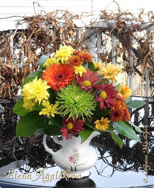 Добрый день! Сегодня я к вам снова с композициями из цветов. Зимой особенно хочется цветов и красок!  Этим летом я решила осуществить еще одну свою мечту - научится цветочному дизайну. Очень люблю цветы, травки-муравки, деревья и вообще все растения. Очень увлекательно работать с цветами! Я взяла небольшой курс по цветочному дизайну. Дома делаю оранжировки из того что под рукой, беру цветы которые найду, даже полевые и из своего садика. Конечно сейчас все цветы в садике отцвели... поэтому приношу из магазина где работаю. Другие композиции делала для цветочного магазина где начала работать. Делюсь красотой! фото 4