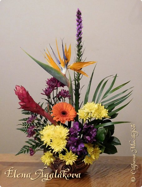 Добрый день! Сегодня я к вам снова с композициями из цветов. Зимой особенно хочется цветов и красок!  Этим летом я решила осуществить еще одну свою мечту - научится цветочному дизайну. Очень люблю цветы, травки-муравки, деревья и вообще все растения. Очень увлекательно работать с цветами! Я взяла небольшой курс по цветочному дизайну. Дома делаю оранжировки из того что под рукой, беру цветы которые найду, даже полевые и из своего садика. Конечно сейчас все цветы в садике отцвели... поэтому приношу из магазина где работаю. Другие композиции делала для цветочного магазина где начала работать. Делюсь красотой! фото 6