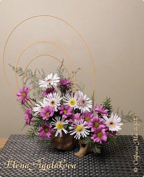 Добрый день! Сегодня я к вам снова с композициями из цветов. Зимой особенно хочется цветов и красок!  Этим летом я решила осуществить еще одну свою мечту - научится цветочному дизайну. Очень люблю цветы, травки-муравки, деревья и вообще все растения. Очень увлекательно работать с цветами! Я взяла небольшой курс по цветочному дизайну. Дома делаю оранжировки из того что под рукой, беру цветы которые найду, даже полевые и из своего садика. Конечно сейчас все цветы в садике отцвели... поэтому приношу из магазина где работаю. Другие композиции делала для цветочного магазина где начала работать. Делюсь красотой! фото 20