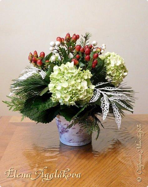 Добрый день! Сегодня я к вам снова с композициями из цветов. Зимой особенно хочется цветов и красок!  Этим летом я решила осуществить еще одну свою мечту - научится цветочному дизайну. Очень люблю цветы, травки-муравки, деревья и вообще все растения. Очень увлекательно работать с цветами! Я взяла небольшой курс по цветочному дизайну. Дома делаю оранжировки из того что под рукой, беру цветы которые найду, даже полевые и из своего садика. Конечно сейчас все цветы в садике отцвели... поэтому приношу из магазина где работаю. Другие композиции делала для цветочного магазина где начала работать. Делюсь красотой! фото 17