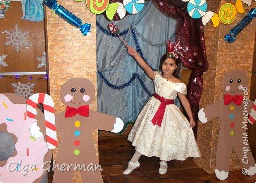 """Здравствуйте, дорогие жители Страны Мастеров!  На школьный новогодний утренник моей дочке досталась роль принцессы Карамельки.  В предыдущем посте я показала, как мы оформили зону для выступления. Теперь хочу поделиться с вами тем, как я создавала дочке образ....Может быть, кому-нибудь понадобится... Долго искала идеи костюма """"Карамельки"""" на просторах интернета. Мысленно, вроде бы, понимаю что хочу сделать, а вот как это всё вместе сложить не знаю. Платье у нас было, оставалось только придумать аксессуары для принцессы. Подумала, что нужно подготовить элементы для оформления, а там как пойдет... Корону решила сделать на тонком обруче, который предварительно обмотала красной лентой. Прикрепила корону к обручу, а дальше пошло как-то само...прикладывала элемент...нравится, приклеила, не нравится, заменила на другой... Вот так и собралась моя композиция на обруче. Вот ,что у меня получилось: фото 19"""