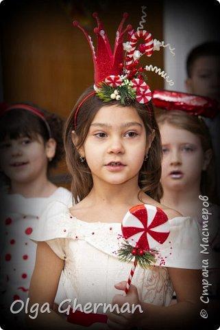 """Здравствуйте, дорогие жители Страны Мастеров!  На школьный новогодний утренник моей дочке досталась роль принцессы Карамельки.  В предыдущем посте я показала, как мы оформили зону для выступления. Теперь хочу поделиться с вами тем, как я создавала дочке образ....Может быть, кому-нибудь понадобится... Долго искала идеи костюма """"Карамельки"""" на просторах интернета. Мысленно, вроде бы, понимаю что хочу сделать, а вот как это всё вместе сложить не знаю. Платье у нас было, оставалось только придумать аксессуары для принцессы. Подумала, что нужно подготовить элементы для оформления, а там как пойдет... Корону решила сделать на тонком обруче, который предварительно обмотала красной лентой. Прикрепила корону к обручу, а дальше пошло как-то само...прикладывала элемент...нравится, приклеила, не нравится, заменила на другой... Вот так и собралась моя композиция на обруче. Вот ,что у меня получилось: фото 20"""