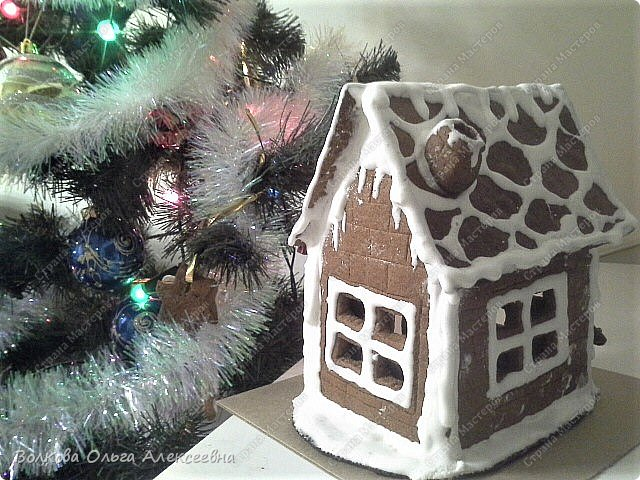 Ещё раз поздравляю всех жителей Страны Мастеров с пришедшими праздниками! Решила выложить свои пряники и прочее, что делала к Рождеству. В этом году наконец руки мои добрались до пряничных домиков. Конечно, они получились не такие красивые, как у некоторых чудо-мастериц, но оказались довольно вкусными :-)  Да и подарок из них получился отличный. фото 12