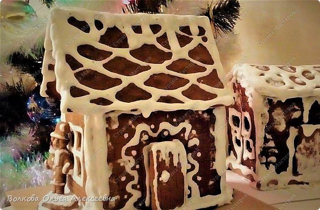 Ещё раз поздравляю всех жителей Страны Мастеров с пришедшими праздниками! Решила выложить свои пряники и прочее, что делала к Рождеству. В этом году наконец руки мои добрались до пряничных домиков. Конечно, они получились не такие красивые, как у некоторых чудо-мастериц, но оказались довольно вкусными :-)  Да и подарок из них получился отличный.