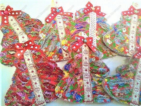 Ещё раз поздравляю всех жителей Страны Мастеров с пришедшими праздниками! Решила выложить свои пряники и прочее, что делала к Рождеству. В этом году наконец руки мои добрались до пряничных домиков. Конечно, они получились не такие красивые, как у некоторых чудо-мастериц, но оказались довольно вкусными :-)  Да и подарок из них получился отличный. фото 25