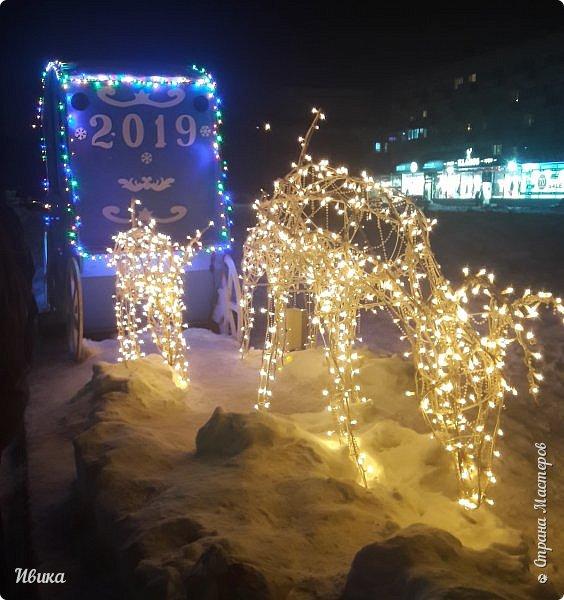 Всех-всех, кто зашёл в гости ко мне на страничку, поздравляю с Новым годом! Желаю всем здоровья, добра, благополучия и мира! Новый год мы встречали у детей в г.Черкассы (Украина). Праздничные дни выдались морозные и снежные. Все съёмки велись, так сказать, по ходу движения. Это одна из городских ёлок. На одной из площадей города.  фото 8