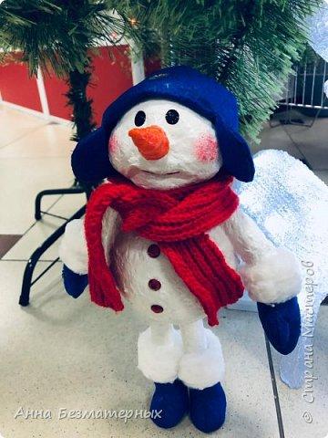 Продолжим новогоднюю тему. Делала на заказ вот такого красавца, кому конечно как, но мне очень нравится. Бывают такие изделия, в которые ты просто влюбляешься и жалко с ними расставаться. Снеговик один из них. Высота 36 см. Самостоятельно стоит на ножках. фото 1