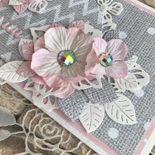 """У моей мамы сегодня день рождения и отправили мы к ней вот с таким конвертиком:) Серо - розовая палитра в реале смотрится достаточно нежно:) Конвертик сложился очень быстро. Центральным элементом, от которого росла композиция,  это """"Цветочный веночек """" фото 3"""