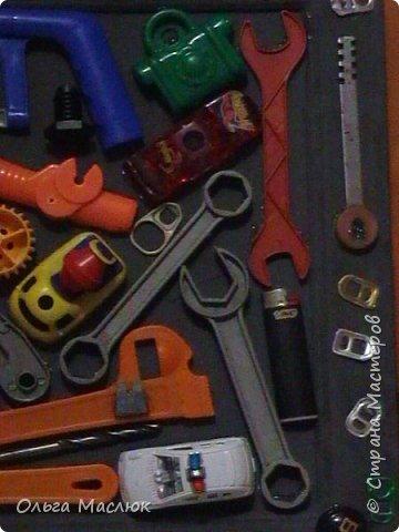 Добрый день всем! Нашла очень старую рамку, обклеила её салфетками. Приклеила сломанные игрушки племянника, добавила ключи, крышки, монеты...- получилась картина. фото 5