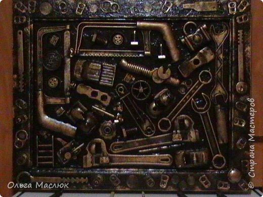 Добрый день всем! Нашла очень старую рамку, обклеила её салфетками. Приклеила сломанные игрушки племянника, добавила ключи, крышки, монеты...- получилась картина.