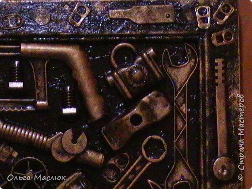 Добрый день всем! Нашла очень старую рамку, обклеила её салфетками. Приклеила сломанные игрушки племянника, добавила ключи, крышки, монеты...- получилась картина. фото 8