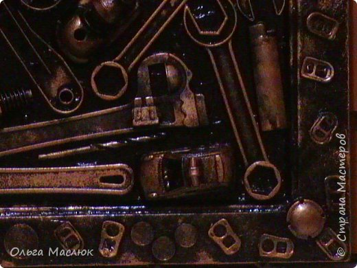 Добрый день всем! Нашла очень старую рамку, обклеила её салфетками. Приклеила сломанные игрушки племянника, добавила ключи, крышки, монеты...- получилась картина. фото 9