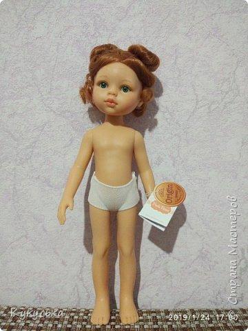 """Добрый день) Расскажу, как я недавно влюбилась с первого взгляда - в куклу! Однажды, в обеденный перерыв, за чашечкой чая, я бродила по Стране. Просто бродила. Наткнулась на раздел Кукольная жизнь, и сидела любовалась (какие же невероятно интересные истории здесь есть, прекрасные образы, восхитительные наряды!)  И вот я случайно попала на страничку одной мастерицы Игринки) ( https://stranamasterov.ru/node/1167951 ). И затронула мою душу куколка. Дай, думаю, посмотрю, что же это за куклы Паола Рейна. Какая же я наивная душа  По первой же ссылке попала на сайт фирменного интернет магазина) и увидела её !!!!!!!!!!! Рыженькую! С веснушками !!!! Оказывается они моя слабость . Я влюбилась в нее мгновенно, с первого взгляда! Посмотрела потом всех остальных, но нет - эта оказалась милее всех. Говорю же влюбилась ангел И сразу на меня снизошло ВЕЛИКОЕ вдохновение ( до это уже с неделю оно было небольшим), и оказалось, что моя душа просит вязать, вязать, вязать . Но так случилось, что дома у нас только ДракуЛаура и две Братц (и я поняла, что они не могут быть моими музами).   Все оставшееся до конца рабочего дня время, я то и дело заглядывала на сайт и любовалась ею  И тут созрел план! Я ведь могу заказать куклу для своей 14-летней дочери, которая любит мастерить одежду. Она будет шить, а я вязать)  И так, оправдание для покупки найдено. Дома показала ей куколку, говорю: """"Смотри какая!""""  Доця обрадовалась, говорит: """"Давай купим, я буду ей одежду шить, а ты вязать""""  Оказывается, даже ничего придумывать не надо было, всё так просто решилось Тут же заказала ее. Должны были доставить на следующий день.  Вечером прихожу с работы, а она лежит на тумбочке в коридоре!!!  И я сразу поняла - она моя!!!! А доченьке куплю другую   Прошу любить и жаловать - Веснушка-конопушка)  На моих щеках веснушки:  Пёстро светят огоньки –  Как цветочки на опушке,  Как листочки у ольхи! Раз веснушка, два веснушка – Ярко-рыжая девчушка! Только скучно мне одной: Белолицые игрушки Не хотят играть со мной."""
