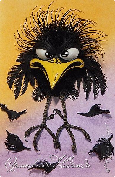 Здравствуйте дорогие мастера и мастерицы! Сегодня я к вам вот с такой сердитой птичкой:))) Делала одновременно кота и птичку, не поделили они что то, вот такая теперь она пощипанная получилась:))) Кота пока не выставляю, тоже досталось бедняге - зализывает пока раны.....:) Работа сделана в моей любимой технике - бумагопластика, технику квиллинг добавила, потому что глазки у птички сделаны в этой технике, ну и моделирование конструирование - лапки сделаны из проволоки и обмотаны шпагатом. Такая маленькая птичка получилась и сразу столько техник.... фото 1