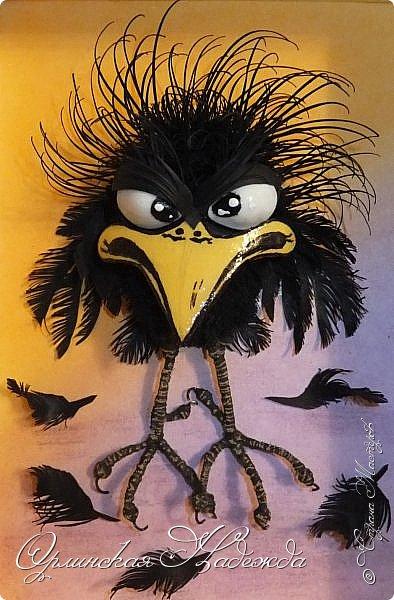 Здравствуйте дорогие мастера и мастерицы! Сегодня я к вам вот с такой сердитой птичкой:))) Делала одновременно кота и птичку, не поделили они что то, вот такая теперь она пощипанная получилась:))) Кота пока не выставляю, тоже досталось бедняге - зализывает пока раны.....:) Работа сделана в моей любимой технике - бумагопластика, технику квиллинг добавила, потому что глазки у птички сделаны в этой технике, ну и моделирование конструирование - лапки сделаны из проволоки и обмотаны шпагатом. Такая маленькая птичка получилась и сразу столько техник.... фото 3