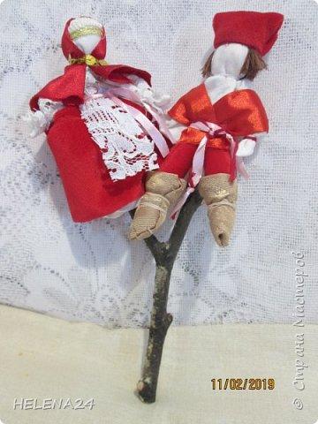 Представляю вам прародителя моды на свадебные фигурки для тортов .В давние времена они были такими .И служили не для красоты ,а оберегом ,использовались в свадебном обряде. Оберег делается на берёзовой рогатине (берёза мощный оберег ) ,рогатинка высотой 15-20 см ,у меня 18см. фото 5