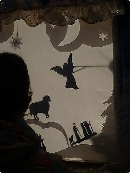 """Театр теней — форма визуального искусства, зародившаяся в Китае свыше 1700 лет назад. Театр теней использует большой полупрозрачный экран и плоские цветные марионетки, управляемые на тонких палочках. Марионетки прислоняются к экрану сзади и становятся видны. На IV Фестивале Воскресных школ Западного викариатства и творческих коллективов общеобразовательных школ ЗАО г.Москвы """"Мы вместе!"""" театральна студия Воскресной школы Храма Спаса Нерукотворного Образа на Сетуни представила спектакль теней """"Рождество в лесу"""". https://stranamasterov.ru/node/1169833 ФЕВРАЛЬ 2019. фото 5"""