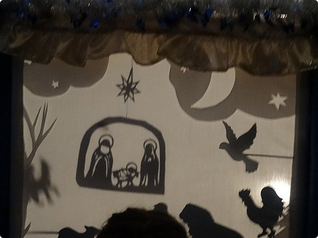 """Театр теней — форма визуального искусства, зародившаяся в Китае свыше 1700 лет назад. Театр теней использует большой полупрозрачный экран и плоские цветные марионетки, управляемые на тонких палочках. Марионетки прислоняются к экрану сзади и становятся видны. На IV Фестивале Воскресных школ Западного викариатства и творческих коллективов общеобразовательных школ ЗАО г.Москвы """"Мы вместе!"""" театральна студия Воскресной школы Храма Спаса Нерукотворного Образа на Сетуни представила спектакль теней """"Рождество в лесу"""". https://stranamasterov.ru/node/1169833 ФЕВРАЛЬ 2019. фото 6"""