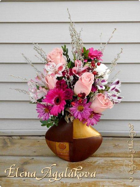 Добрый день! Сегодня я к вам снова с композициями из цветов. На этот раз на День Всех Влюбленных. Зимой особенно хочется цветов и красок! Этим летом я решила осуществить еще одну свою мечту - научится цветочному дизайну. Очень люблю цветы, травки-муравки, деревья и вообще все растения. Очень увлекательно работать с цветами! Я взяла небольшой курс по цветочному дизайну. Дома делаю оранжировки из того что под рукой, беру цветы которые найду, даже полевые и из своего садика. Конечно сейчас все цветы в садике отцвели... поэтому приношу из магазина где работаю. Другие композиции делала для цветочного магазина где начала работать. Делюсь красотой!   фото 6