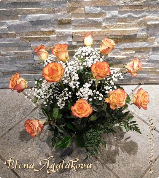 Добрый день! Сегодня я к вам снова с композициями из цветов. На этот раз на День Всех Влюбленных. Зимой особенно хочется цветов и красок! Этим летом я решила осуществить еще одну свою мечту - научится цветочному дизайну. Очень люблю цветы, травки-муравки, деревья и вообще все растения. Очень увлекательно работать с цветами! Я взяла небольшой курс по цветочному дизайну. Дома делаю оранжировки из того что под рукой, беру цветы которые найду, даже полевые и из своего садика. Конечно сейчас все цветы в садике отцвели... поэтому приношу из магазина где работаю. Другие композиции делала для цветочного магазина где начала работать. Делюсь красотой!   фото 9