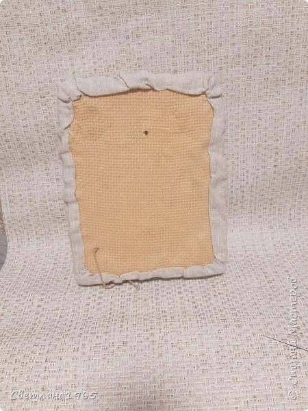 Здравствуйте все!Доделала панно с пугалом,размер 22 на 30 см ..Крышка от коробки обувной,обтянула рушниковой тканью,по бокам отдельно ткань накладывала с небольшими складками В  панно с кубышками есть описание.Но здесь, на старый поднос налила немного воды, потом клей титан и размазала по воде примерно 7 на 7 см .Начес шпагата тонким пластом приложила к клею(руки должны быть мокрые,) прижимаю,далее ,поддеваю пласт иголкой,переворачиваю, с другой стороны не смазываю клеем,но можно.Полусырым подкрашиваю акрилов.красками, можно подсушить феном, и вырезаю листочки,сгибая,придавая форму.Когда высохнут,становятся жесткими. По краям пласт махрится,пустила на травку.Маки  - пласт покрасила красной акрилкой ,подсушила феном,вырезала кружочки,сердцевину черным подкрасила,Сгибаю кружочки придавая форму цветка,желтый ободок уже на высушенном изделии обводила. фото 7