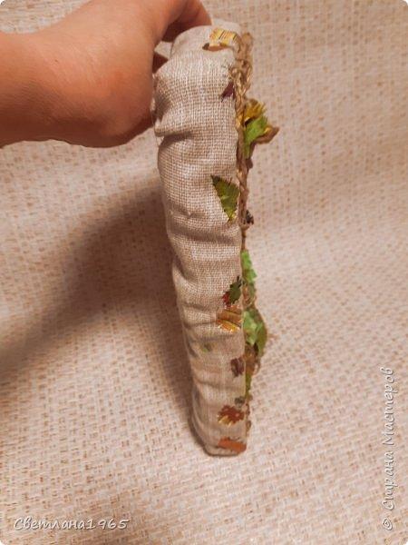 Здравствуйте все!Доделала панно с пугалом,размер 22 на 30 см ..Крышка от коробки обувной,обтянула рушниковой тканью,по бокам отдельно ткань накладывала с небольшими складками В  панно с кубышками есть описание.Но здесь, на старый поднос налила немного воды, потом клей титан и размазала по воде примерно 7 на 7 см .Начес шпагата тонким пластом приложила к клею(руки должны быть мокрые,) прижимаю,далее ,поддеваю пласт иголкой,переворачиваю, с другой стороны не смазываю клеем,но можно.Полусырым подкрашиваю акрилов.красками, можно подсушить феном, и вырезаю листочки,сгибая,придавая форму.Когда высохнут,становятся жесткими. По краям пласт махрится,пустила на травку.Маки  - пласт покрасила красной акрилкой ,подсушила феном,вырезала кружочки,сердцевину черным подкрасила,Сгибаю кружочки придавая форму цветка,желтый ободок уже на высушенном изделии обводила. фото 5