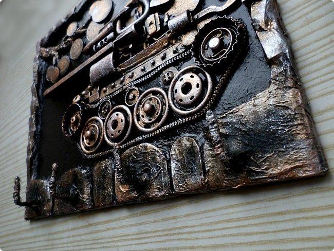 Всем огромный привет!!!   Давно не публиковала чего то нового в любимой Стране, но творить-творила! Решила ко дню защитника отечества опубликовать два МК в одном: магнит в форме танка и ключница с танчиком из хлама.  фото 4