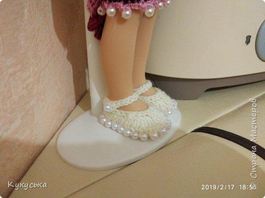 """Добрый день. Историю появления в моем сердце этой милахи, я рассказывала вот здесь https://stranamasterov.ru/node/1169332. Продолжение. Купила моточек красивых """"свекольных""""№ ниточек. Очень люблю этот цвет! И хотелось попробовать связать туфельки с бусинами. Конечно, нужно использовать бусинки поменьше, потому как визуально они увеличивают размер обувки. С виду получились объемистые. Но, в целом, мне понравились. Получилось платьице, """"надюбник"""" и туфельки. фото 5"""