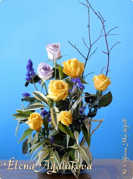 Добрый день! Сегодня я к вам снова с композициями из цветов, на этот раз Весенними.  Хотя Зима еще не ушла но Весна уже на пороге и особенно хочется цветов и красок! Прошлым летом я решила осуществить еще одну свою мечту - научится цветочному дизайну. Очень люблю цветы, травки-муравки, деревья и вообще все растения. Очень увлекательно работать с цветами! Я взяла небольшой курс по цветочному дизайну. Дома делаю оранжировки из того что под рукой, беру цветы которые найду, даже полевые и из своего садика. Конечно сейчас цветов в садике нет, но есть разные веточки, травинки... использую цветы из цветочного магазина где работаю. Здесь только одна композиция (фото7) которую я делала в цветочном магазине для клиентов, остальные дома. Делюсь красотой! фото 13