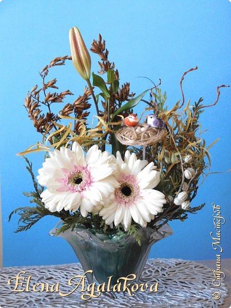 Добрый день! Сегодня я к вам снова с композициями из цветов, на этот раз Весенними.  Хотя Зима еще не ушла но Весна уже на пороге и особенно хочется цветов и красок! Прошлым летом я решила осуществить еще одну свою мечту - научится цветочному дизайну. Очень люблю цветы, травки-муравки, деревья и вообще все растения. Очень увлекательно работать с цветами! Я взяла небольшой курс по цветочному дизайну. Дома делаю оранжировки из того что под рукой, беру цветы которые найду, даже полевые и из своего садика. Конечно сейчас цветов в садике нет, но есть разные веточки, травинки... использую цветы из цветочного магазина где работаю. Здесь только одна композиция (фото7) которую я делала в цветочном магазине для клиентов, остальные дома. Делюсь красотой! фото 14