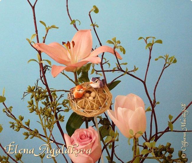 Добрый день! Сегодня я к вам снова с композициями из цветов, на этот раз Весенними.  Хотя Зима еще не ушла но Весна уже на пороге и особенно хочется цветов и красок! Прошлым летом я решила осуществить еще одну свою мечту - научится цветочному дизайну. Очень люблю цветы, травки-муравки, деревья и вообще все растения. Очень увлекательно работать с цветами! Я взяла небольшой курс по цветочному дизайну. Дома делаю оранжировки из того что под рукой, беру цветы которые найду, даже полевые и из своего садика. Конечно сейчас цветов в садике нет, но есть разные веточки, травинки... использую цветы из цветочного магазина где работаю. Здесь только одна композиция (фото7) которую я делала в цветочном магазине для клиентов, остальные дома. Делюсь красотой! фото 2