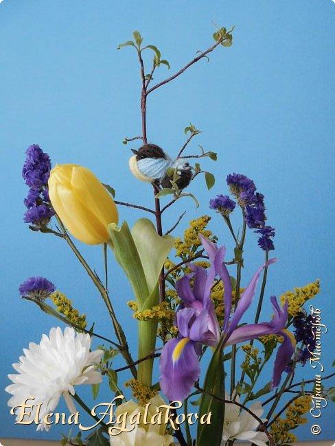 Добрый день! Сегодня я к вам снова с композициями из цветов, на этот раз Весенними.  Хотя Зима еще не ушла но Весна уже на пороге и особенно хочется цветов и красок! Прошлым летом я решила осуществить еще одну свою мечту - научится цветочному дизайну. Очень люблю цветы, травки-муравки, деревья и вообще все растения. Очень увлекательно работать с цветами! Я взяла небольшой курс по цветочному дизайну. Дома делаю оранжировки из того что под рукой, беру цветы которые найду, даже полевые и из своего садика. Конечно сейчас цветов в садике нет, но есть разные веточки, травинки... использую цветы из цветочного магазина где работаю. Здесь только одна композиция (фото7) которую я делала в цветочном магазине для клиентов, остальные дома. Делюсь красотой! фото 4