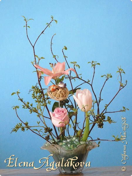 Добрый день! Сегодня я к вам снова с композициями из цветов, на этот раз Весенними.  Хотя Зима еще не ушла но Весна уже на пороге и особенно хочется цветов и красок! Прошлым летом я решила осуществить еще одну свою мечту - научится цветочному дизайну. Очень люблю цветы, травки-муравки, деревья и вообще все растения. Очень увлекательно работать с цветами! Я взяла небольшой курс по цветочному дизайну. Дома делаю оранжировки из того что под рукой, беру цветы которые найду, даже полевые и из своего садика. Конечно сейчас цветов в садике нет, но есть разные веточки, травинки... использую цветы из цветочного магазина где работаю. Здесь только одна композиция (фото7) которую я делала в цветочном магазине для клиентов, остальные дома. Делюсь красотой!