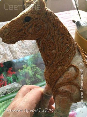 """Наконец то я сделала ЭТО!!!! Папочка попросил у меня фигурку коня сделать для него. Говорит: """"У меня нарисованные лошади есть.Выжженные - есть.Вышитые - есть.А вот объёмной фигурки - нет! Сделай мне,пожалуйста."""" Я облазила весь интернет,не нашла Лошади из джута(объёмной),только пано.Пришлось самой придумывать.Так как лепить из солёного теста или из гипса,я не мастериться,пришлось купить фигурку лошади(для основы). фото 3"""