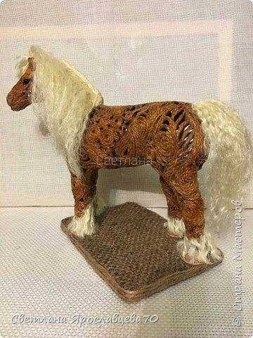 """Наконец то я сделала ЭТО!!!! Папочка попросил у меня фигурку коня сделать для него. Говорит: """"У меня нарисованные лошади есть.Выжженные - есть.Вышитые - есть.А вот объёмной фигурки - нет! Сделай мне,пожалуйста."""" Я облазила весь интернет,не нашла Лошади из джута(объёмной),только пано.Пришлось самой придумывать.Так как лепить из солёного теста или из гипса,я не мастериться,пришлось купить фигурку лошади(для основы). фото 11"""