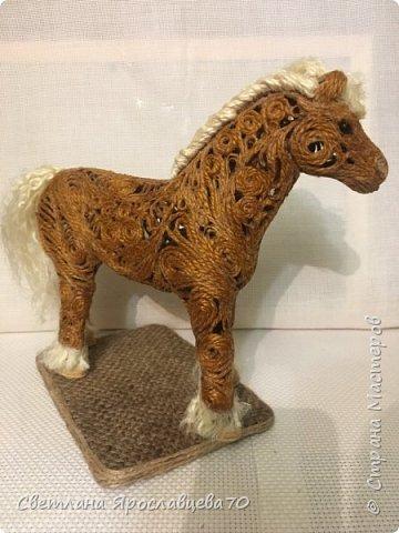 """Наконец то я сделала ЭТО!!!! Папочка попросил у меня фигурку коня сделать для него. Говорит: """"У меня нарисованные лошади есть.Выжженные - есть.Вышитые - есть.А вот объёмной фигурки - нет! Сделай мне,пожалуйста."""" Я облазила весь интернет,не нашла Лошади из джута(объёмной),только пано.Пришлось самой придумывать.Так как лепить из солёного теста или из гипса,я не мастериться,пришлось купить фигурку лошади(для основы). фото 9"""