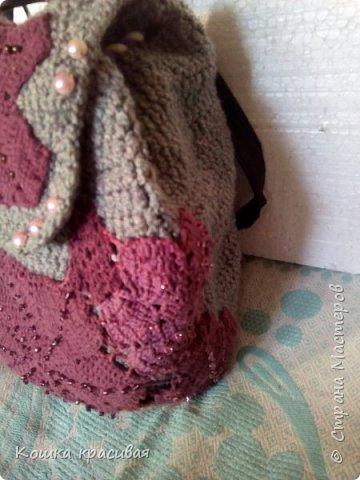 Рюкзак связан из серых толстых шерстяных ниток в два сложения. С рисунком особо не заморачивалась, потому что изначально планировала украсить остатками кружева от платья. фото 5