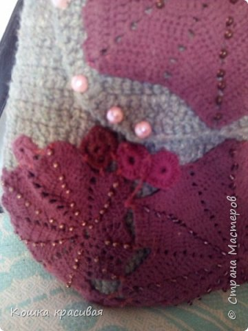 Рюкзак связан из серых толстых шерстяных ниток в два сложения. С рисунком особо не заморачивалась, потому что изначально планировала украсить остатками кружева от платья. фото 4
