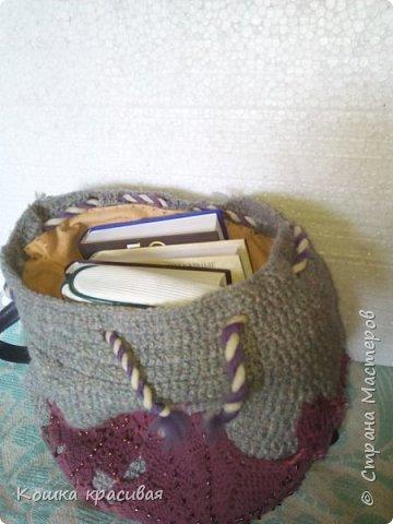 Рюкзак связан из серых толстых шерстяных ниток в два сложения. С рисунком особо не заморачивалась, потому что изначально планировала украсить остатками кружева от платья. фото 3
