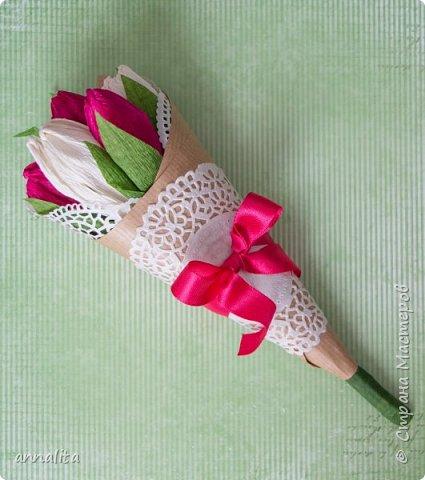 Здравствуйте всем. У меня новая публикация в детском журнале - сладкий букет. Я, конечно, не мастер свит-дизайна, но приходится всему учится:) Цветочки я делала из самой обычной простой гофробумаги. фото 2