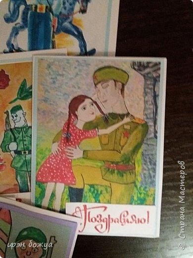 Поступил мне заказик сделать подарки коллегам одного из отделов. Был разработан проект. Согласно этому проекту открытками выступают рисунки детей к празднику. Но детей задействовать не успели, пришлось выкручиваться. Эти открытки сделаны с помощью детских рисунков из Интернета. Распечатали и наклеили на бумагу для рисования. Надпись отштамповала. фото 5