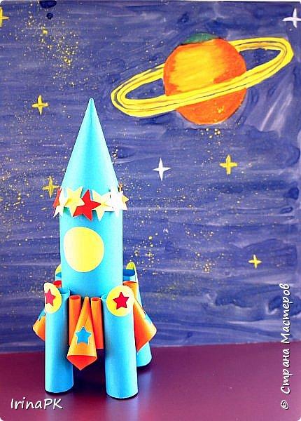 Такие ракеты делала с детьми ко Дню Космонавтики уже давно, забыла выложить. Основа ракеты - трубочка от туалетной бумаги, обклеенная цветной бумагой. Верх - конус. Сопла - накручиваем бумагу на толстый маркер, между ними - трубочки, накрученные на фломастеры. Можно скрутить ровно, а можно в виде кулечков. фото 2