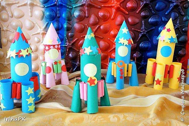 Такие ракеты делала с детьми ко Дню Космонавтики уже давно, забыла выложить. Основа ракеты - трубочка от туалетной бумаги, обклеенная цветной бумагой. Верх - конус. Сопла - накручиваем бумагу на толстый маркер, между ними - трубочки, накрученные на фломастеры. Можно скрутить ровно, а можно в виде кулечков. фото 14