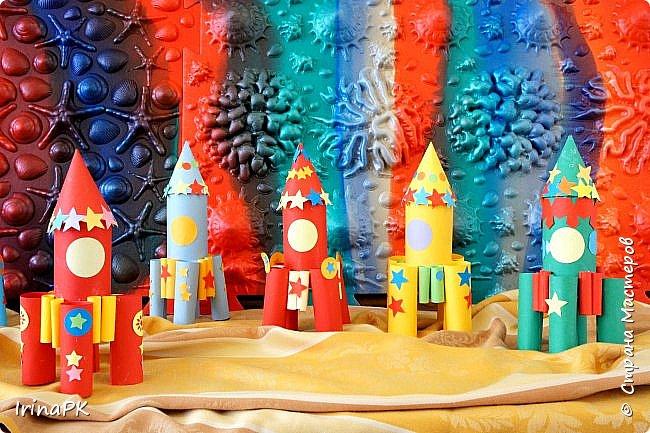 Такие ракеты делала с детьми ко Дню Космонавтики уже давно, забыла выложить. Основа ракеты - трубочка от туалетной бумаги, обклеенная цветной бумагой. Верх - конус. Сопла - накручиваем бумагу на толстый маркер, между ними - трубочки, накрученные на фломастеры. Можно скрутить ровно, а можно в виде кулечков. фото 13