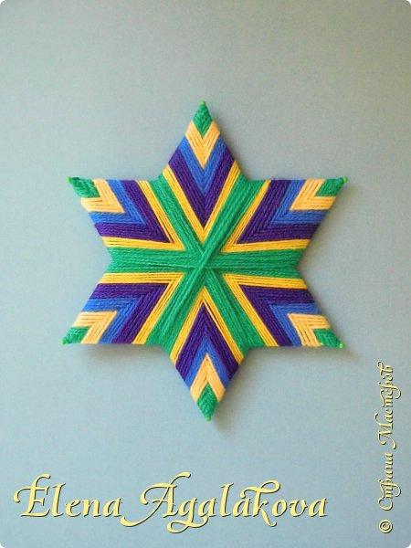 Сегодня я хочу поделится мандалой-звездой сплетенной на картонной основе. Это шестиконечная звезда. Раньше я плела восьмиконечную мандалу https://stranamasterov.ru/node/1098367?t=302 и даже сделала МК по ней. Мне захотелось попробовать сплести 6-конечную и получилось!